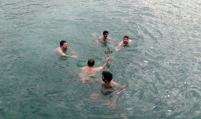 Yeniköy'de Gençler Buz Gibi Suda Haç Çıkartmak İçin Yarıştı