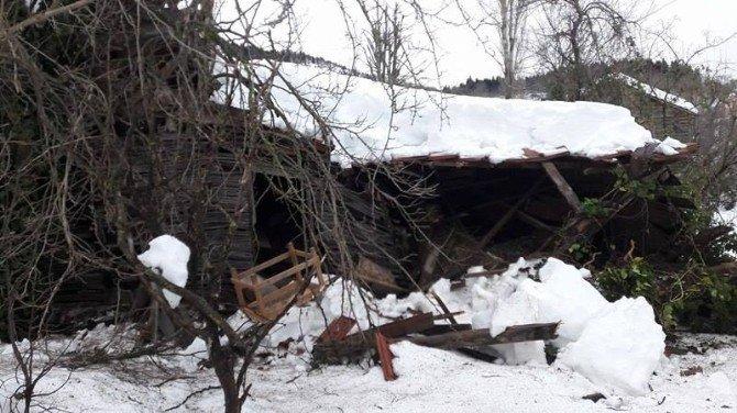 İnebolu'da Ahşap Ev Çöktü