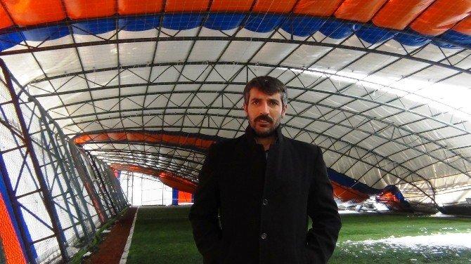 Erciş'te Halı Sahanın Çatısı Çöktü