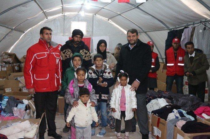 Türk Kızılay'ı Akçakale'de Kalan Suriyeli Ailelere Kışlık Malzeme Dağıttı