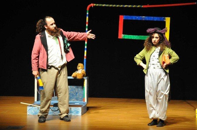 """Tiyatro Günleri'nde """"İki Bavul Dolusu"""" Adlı Çocuk Oyunu Sahnelendi"""