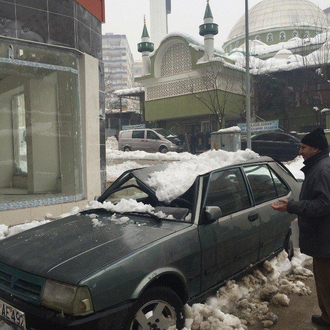 Siirt'te Kar Kütlesinin Düştüğü Araçlar Zarar Gördü
