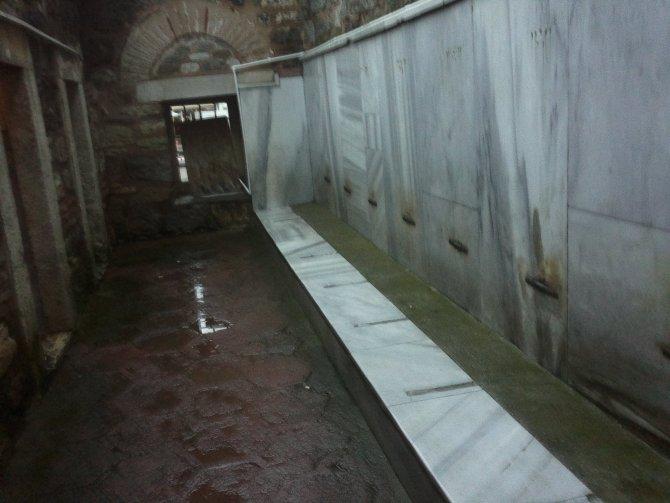 Tarihi camideki pisuvarlar söküldü