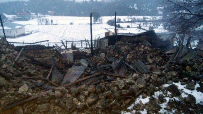 Yangın çıkan evdeki yaşlı karı koca son anda kurtarıldı