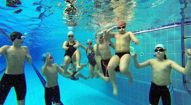 Yenimahalle'de Kar Altında Havuz Keyfi