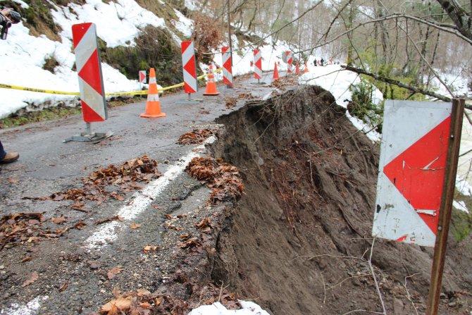 Çöken yol ve köprü trafiğe kapatıldı