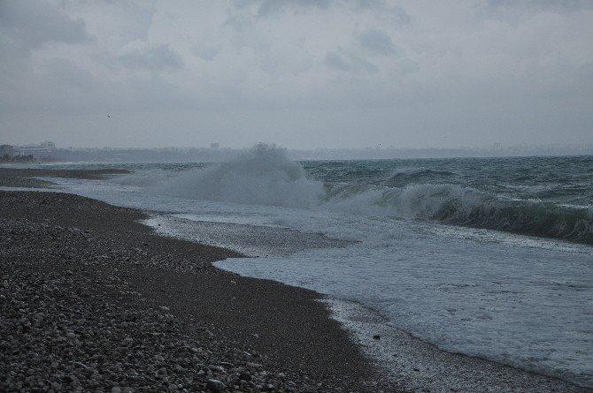 Antalya'da Fırtına Altın Arayanlara Ekmek Kapısı Oldu