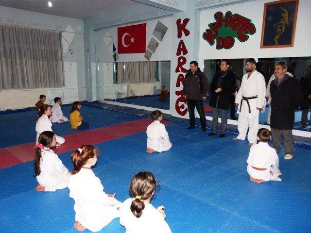 Kaymakam Örnek, Başarılı Karate Sporcularını Antrenmanda Ziyaret Etti
