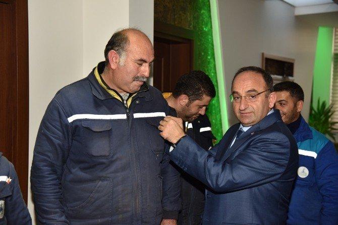 Başkan Üzülmez, Marangozhane Ekibini Ödüllendirdi