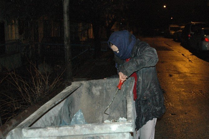 Fedakar Anne Sokaklardan Çöp Toplayıp Çocuğuna Bakıyor