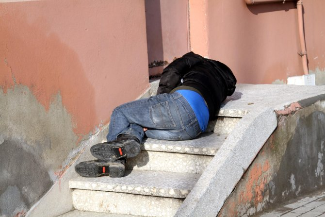 Bonzai kullanan genç, kaldırımda baygın halde bulundu