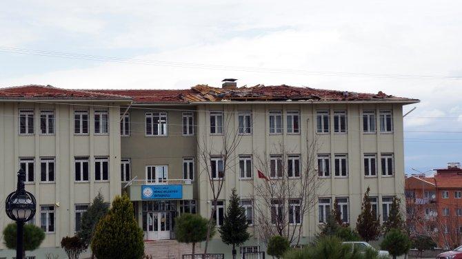 Fırtınada çatısı uçan okul tatil edildi