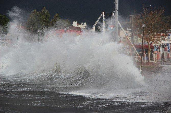 Kuzey Ege'de Dev Dalgalar Sahillere Vuruyor, Gemiler Körfeze Sığındı