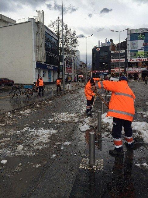 Düzce'de Kar Sonrası Meydan Yıkandı