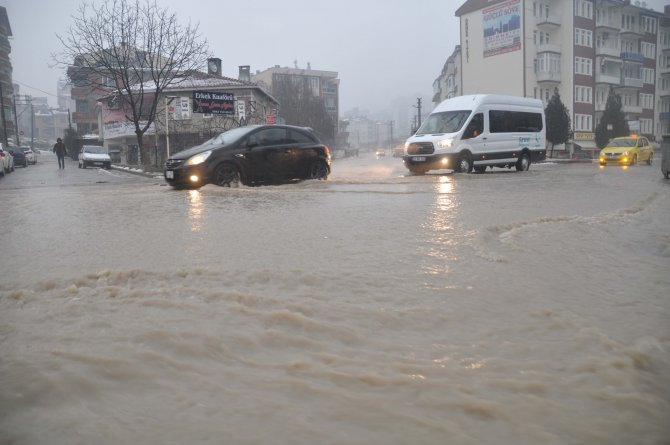 Yağmur karla birleşince birleşince sokakları göle döndü