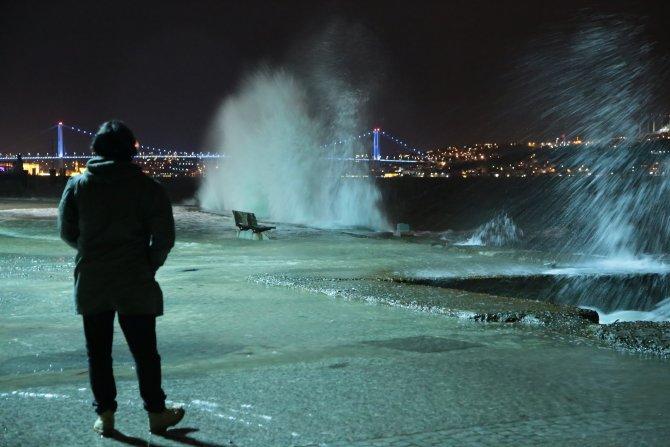 İstanbul'da lodos dev dalgalar oluşturdu