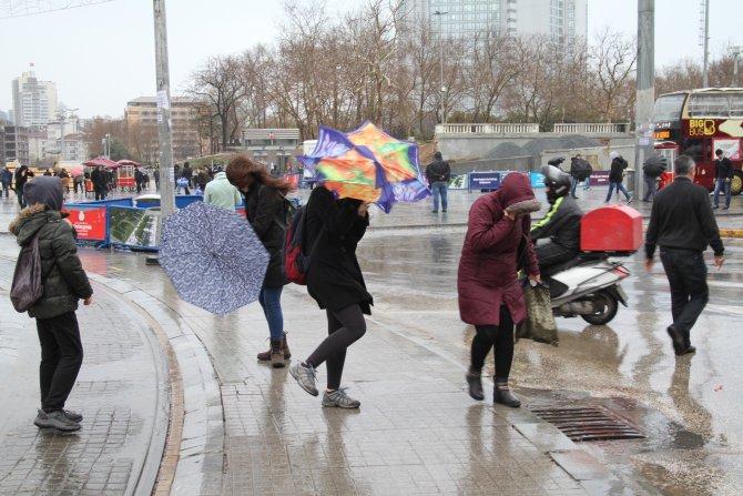 Taksim'de şemsiyeler havada uçuştu