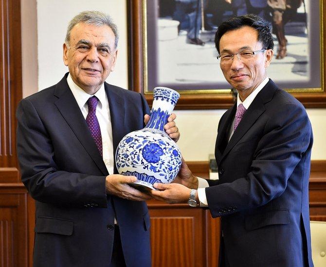 Çin Büyükelçisi Hongyang, işadamlarıyla birlikte Kocaoğlu'nu ziyaret etti
