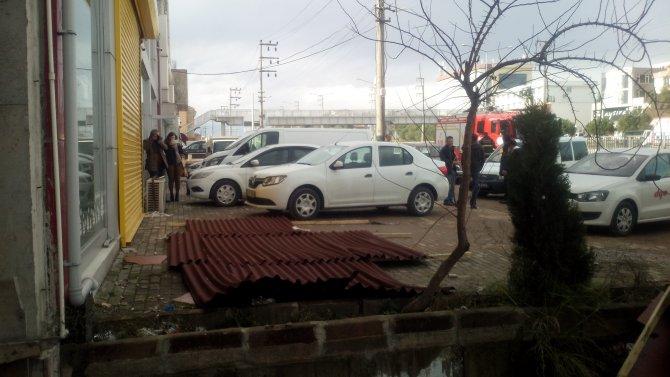 Şiddeti rüzgar çatı uçurdu, otomobil sahipleri korku yaşadı