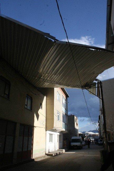 Bursa'da Lodos Çatıları Uçurdu