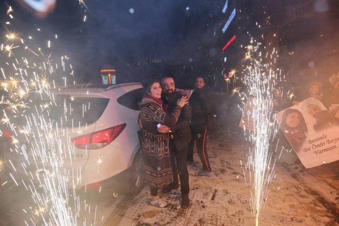 Gazeteciden kent meydanında evlilik teklifi