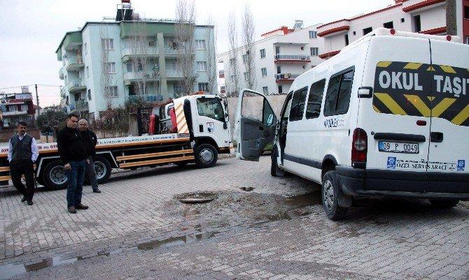 Okuldan Aldığı Öğrencileri Evlerine Götüren Servis Rögara Düştü