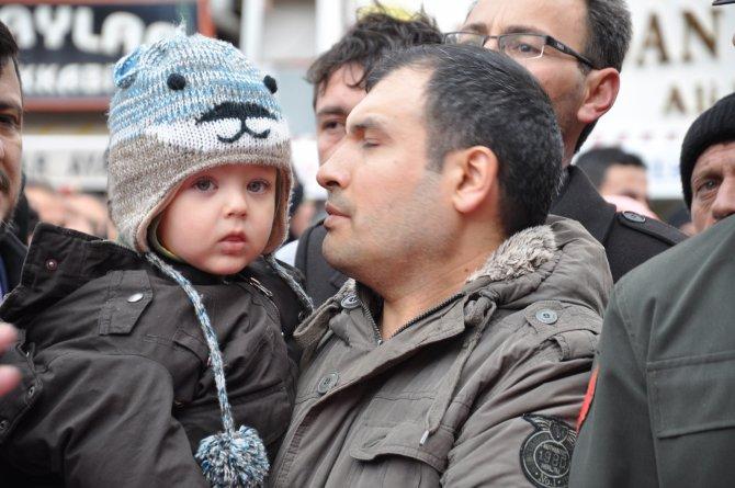 Şehit Uzman Çavuş Emet'i 5 aylık kızı ve 3 yaşındaki oğlu uğurladı