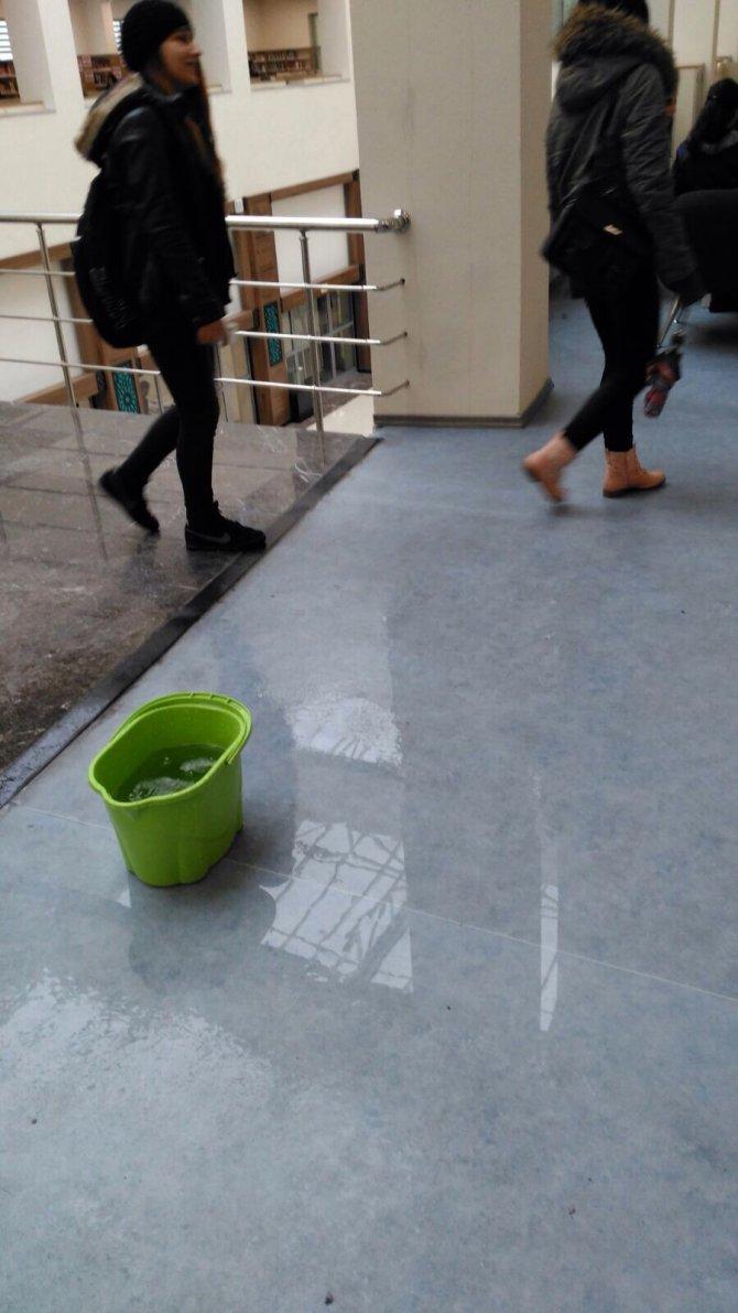 Üç ay önce açılan kütüphanenin çatısı aktı, içi kovalarla donatıldı