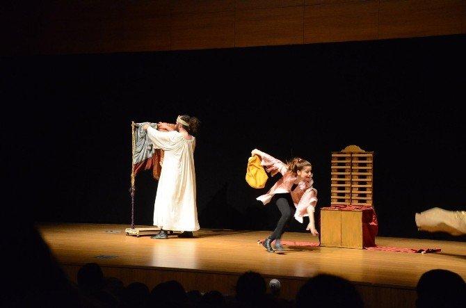 """Tiyatro Günleri'nde """"Kralın Yeni Elbisesi"""" Adlı Çocuk Oyunu Sahnelendi"""