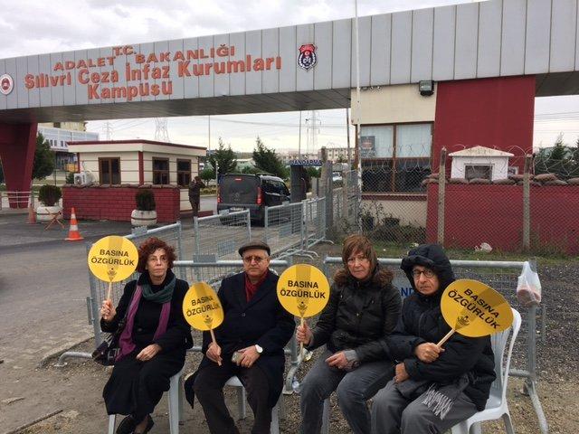 Silivri'de tutuklu gazeteciler için 'Dargın Mahkum' türküsü söylendi