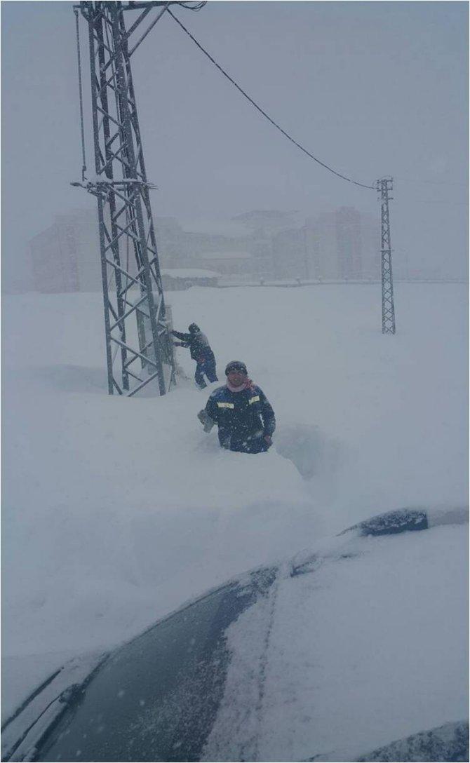 Bitlis VEDAŞ arıza ekiplerinin karda zorlu mücadelesi