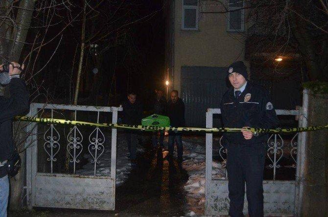 Silah Sesiyle Mahalleye Gelen Polisler Kadın Ve Erkek Cesedi Buldu