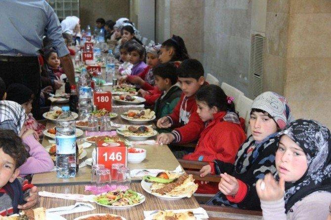 Suriyeli Yetimlere Adana Kebabı