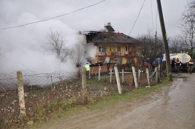 Bartın'da İki Ev Yanarak Kül Oldu
