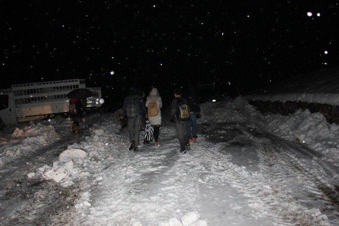50 Öğrenci Köy Yolunda Mahsur Kaldı