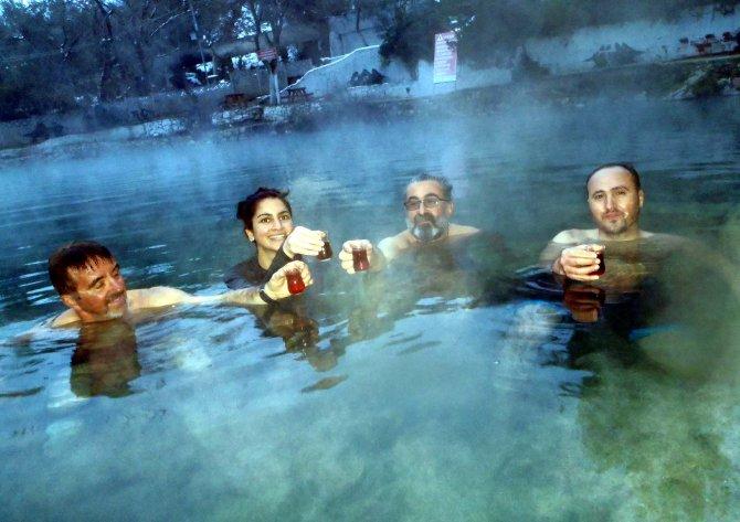 Bursalı dağcılardan eksi 10 derecede kaplıcada çay keyfi