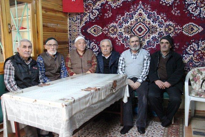 Toprak Baba Türbesi'nde 4 kuşaktır her gün çay sohbetleri yapılıyor