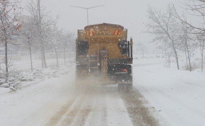 Elazığ Merkezinden 350 Kamyon Kar Taşındı
