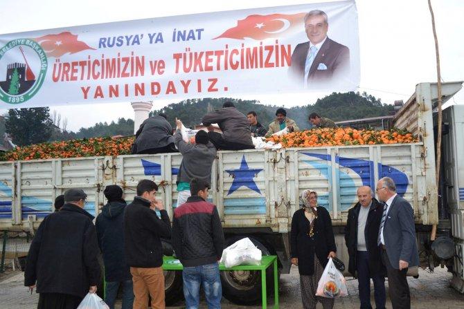 Feke Belediye Başkanı Rusya'ya inat 14 ton portakal dağıttı