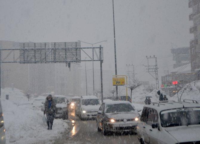 Yüksekova'da kar kalınlığı 1 metreyi aştı