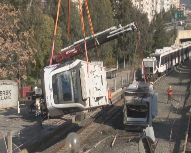 Konteynerin çarpması sonucu devrilen metro vagonu kaldırıldı