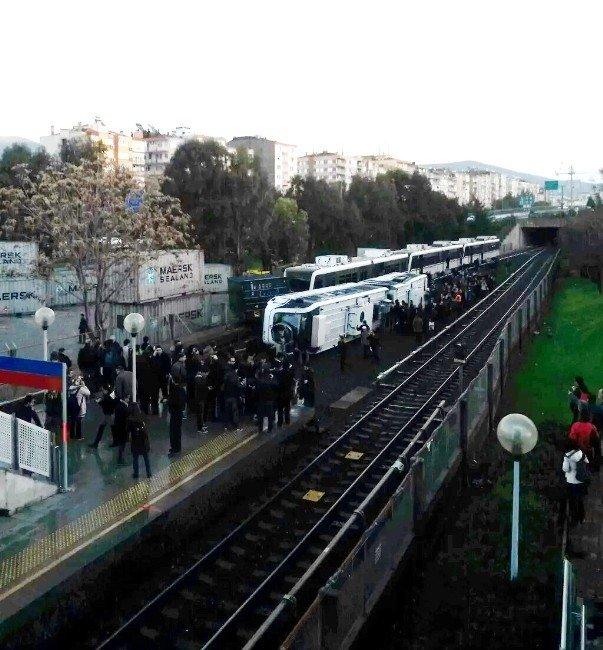 İzmir'de Metro Devrildi Çok Sayıda Yaralı Var