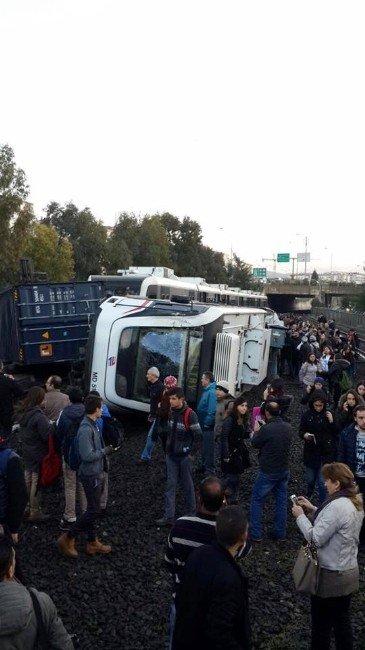 Devrilen Metro Beş Saat Sonra Kaldırıldı