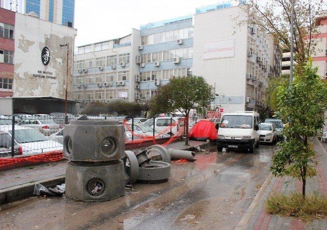 İzmir Esnafı Çukur Ve Çamur Yollara İsyan Etti