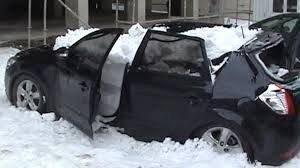 Erzurum'da Üzerine Kar Kütlesi Düşen Otomobil Hurdaya Döndü