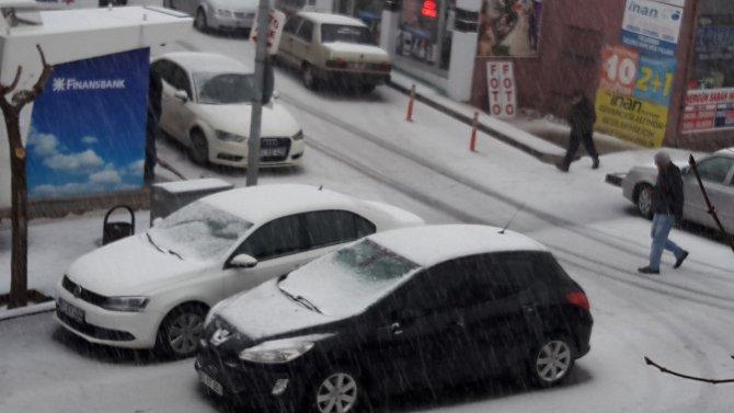 Dolu yağışı, cadde ve sokakları beyaza bürüdü