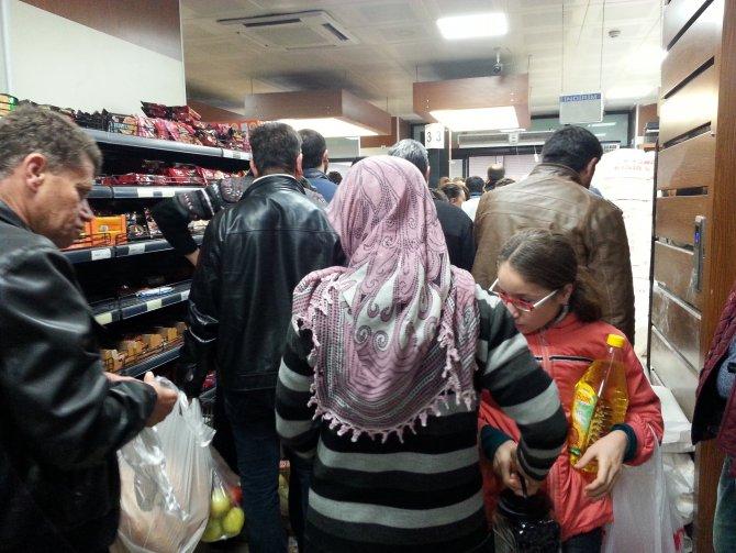 Cizre'ye erzak geldi, marketlerde uzun kuyruklar oluştu