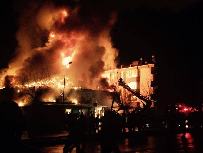 İnşaat malzemesi dükkanı alev alev yandı