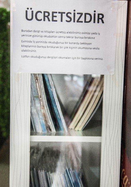 Topladığı Kitap Ve Dergileri Ücretsiz Dağıtıyor