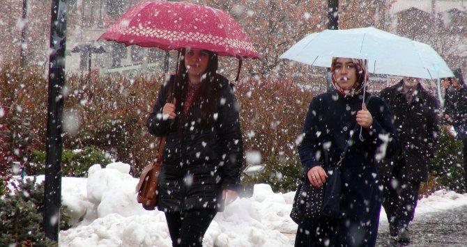 Sivas'ta sabah yağmur öğleden sonra kar yağdı